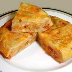 Tortilla de Patatas Rellena de Gambas y Salsa Rosa
